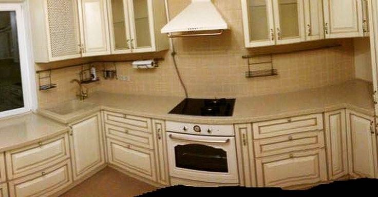 Кухня из дуба цвета слоновой кости с золотой патиной.