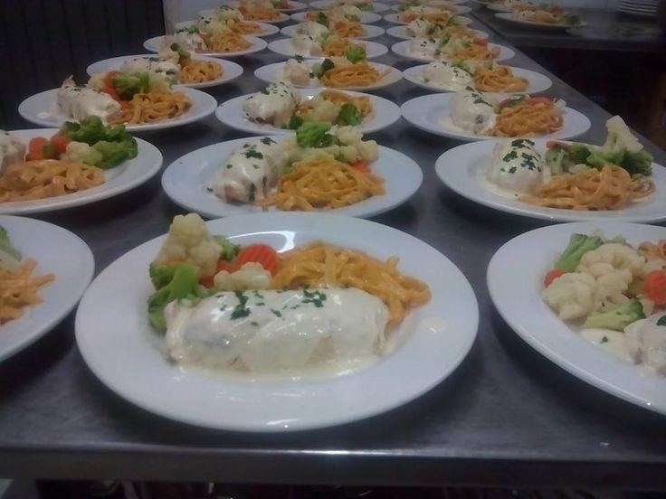 Pechuga de pollo rellena de queso crema en salsa de 3 quesos acompañada de fetuccini con queso cheddar y chipotle y verduras a la mantequilla por Miguel Angel Vazquez Nava