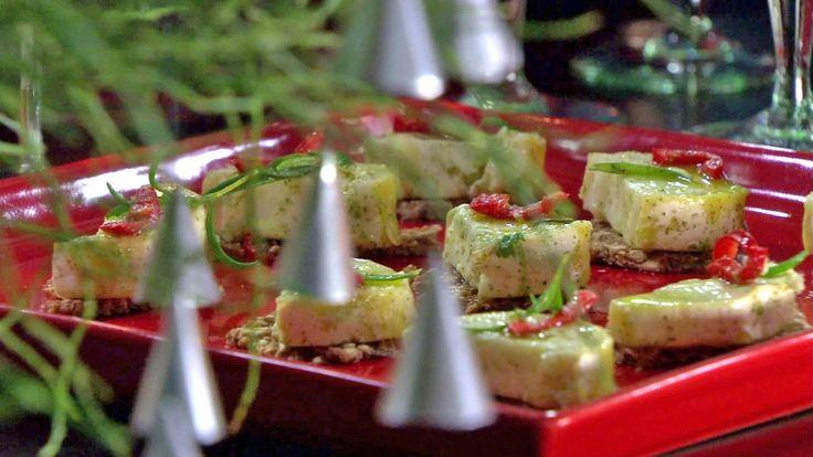 Olje smakt til med urter gir ekstra smak til den hvite geitosten chèvre. Ella Grüssner Cromwell-Morgan serverer osten på små knekkebrød.