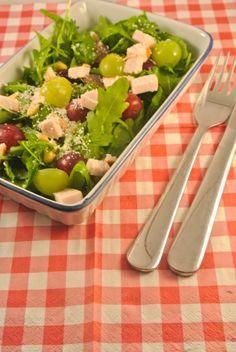 rucolasalade met gerookte kip en druiven