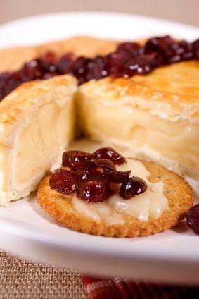 Un queso brie dentro de una pasta de hojaldre con frutas deshidratadas, miel y romero. Una botana exquisita pero sencilla de preparar.
