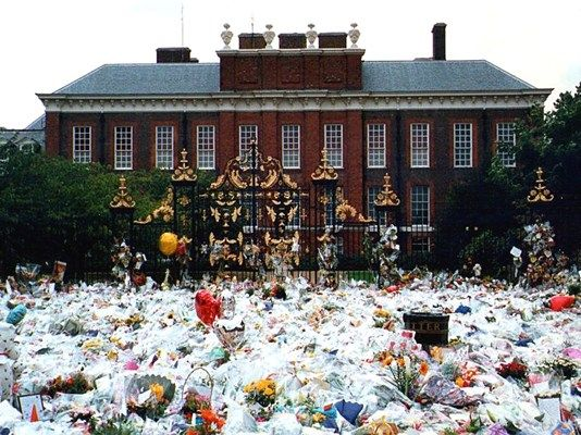 I feel this depicts our nation coming together in an outpouring of public grief at Kensington Palace, after the death of Princess Diana in 1997. #TGBPC