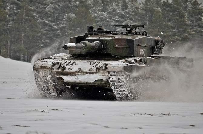 Leopard bawiacy się na śniegu :)        W śniegu i błocie rozpoczęli swoje manewry czołgiści 10. Brygady Kawalerii Pancernej. Na poligonach wokół Świętoszowa grzały się silniki i armaty Leopardów, a także ich karabiny maszynowe MG-3. Nie próżnowali też przeciwlotnicy, którzy osłaniali atak pancerniaków parasolem pocisków.