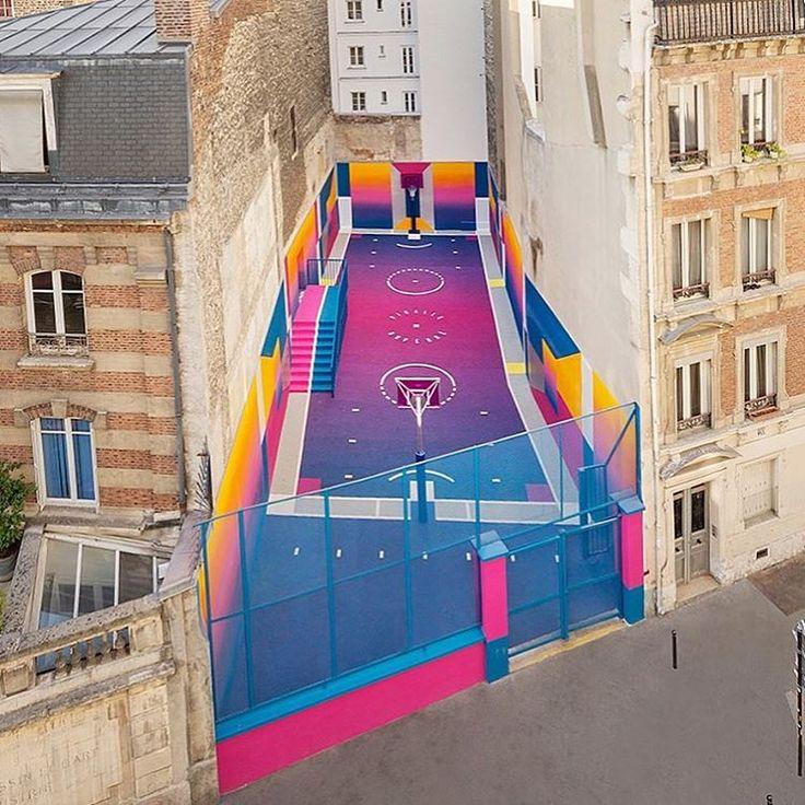 🔝 El diseñador francés 🕶 Stephane Ashpool, creador de @pigalle_ashpool ha demostrado su amor por el basketball 🏀 a lo largo de su carrera, esta vez intervino esta cancha de baloncesto con figuras geométricas y colores intensos convirtiéndola en un espacio de recreación para la juventud del lugar.💥 💛 💗💜💙 🙌🏼 . ¿El motivo? El reciente lanzamiento de la última colección de Pigalle en colaboración con @nikelab ✔︎, un homenaje a la estética basket de los años 90 que se lanzó en Junio y…