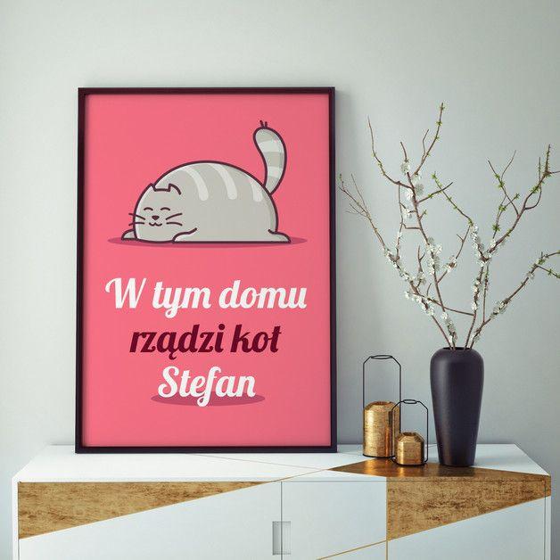 Design: W tym domu rządzi kot...  Wydruk obramowany 30x40 cm z wyjątkowym nadrukiem to pomysł na świetną dekorację Twojego mieszkania i wyjątkowy prezent.  Przy zakupie w komentarzu prosimy o...