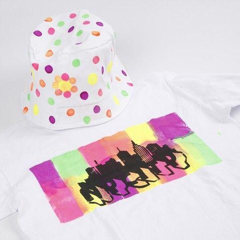 T-shirt dekorerad med neon textilfärger