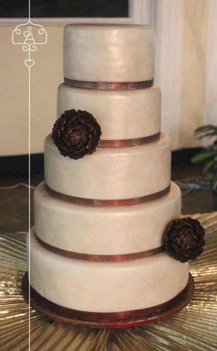 Dorado y vino tinto para matrimonio