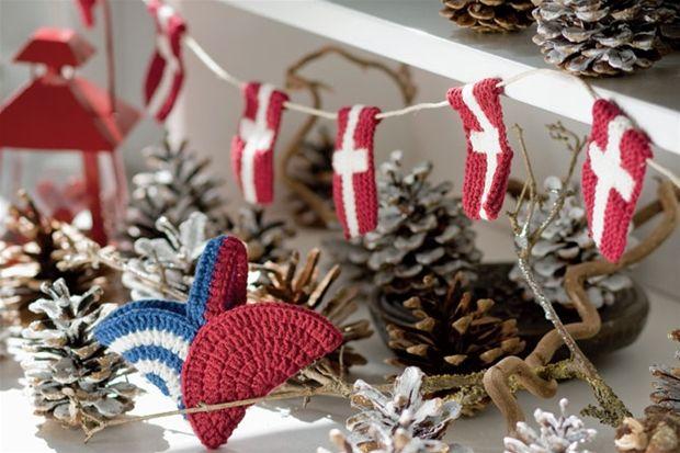 Her strikker vi små flag til en flagranke i retstrik og hækler små cirkler sammen til søde julehjerter.