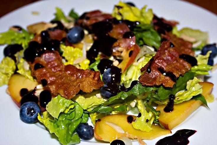 Fruchtiger Salat mit Pfirsich, Heidelbeeren und Bacon