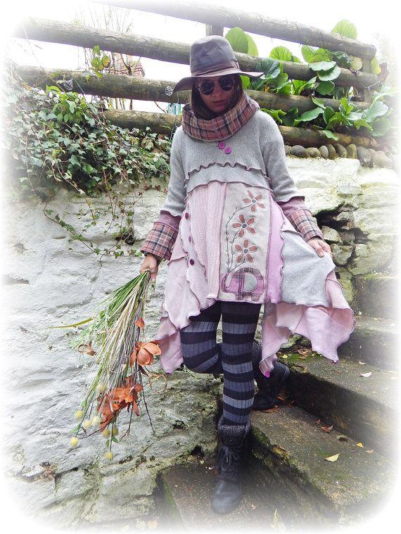 ««YoGi asymétrique Lagenlook tunique»»  Un pull tunique de mignon Cachemire à la main robe créée avec un tissu unique art conception de fleur de l'éléphant, dans un style lagenlook asymétrique avec un bord brut ourlet. Il a une capuche snood et les boutons pour la décoration.  Couleurs principales ~ rose, gris.  Ce cavalier est respectueux de l'environnement et a été fait à partir de produits issus du recyclage niveau tricot Cachemire cavaliers, toile de Jean et une jupe kilt à…