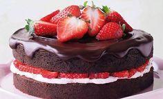 Bizcocho de chocolate relleno con betún de queso crema y fresas cubierto con chocolate y fresas!!