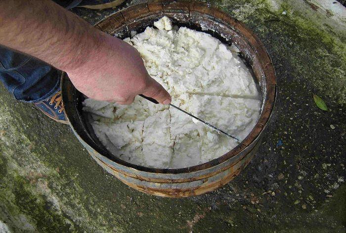 Φτιάχνω τυρί φέτα και μυζήθρα. Μέρος 1ο για την παρασκευή φέτας Αφού αγοράσουμε η βρούμε γάλα από κάποιον γνωστό κατά προτίμηση πρόβειο ή γιδίσιο είμαστε έτ
