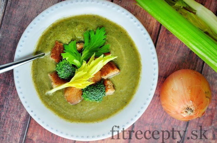 Vynikajúca hustá zeleninová polievka zo stonkového zeleru a brokolice bez zahusťovania. Ingrediencie (na 4 porcie): 4 stonky zeleru 1 väčšia brokolica 1,5 l zeleninového vývaru 1 PL olivového oleja 1 cibuľa 3 strúčiky cesnaku 1 ČL morskej soli 1/2 ČL mletého čierneho korenia koriander tymián Postup: V hrnci si na rozpálenom oleji zľahka opražíme nadrobno […]