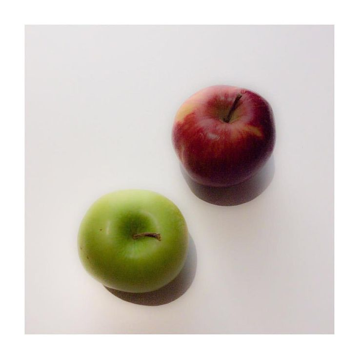 #apples #still #life #stilllife #red #green #white #andreaturno @andreaturno #ipad #ipadair #ipadphoto #minimal #minimalism #minimalsim_world #simple #simplicity @ #novotel #riyadh