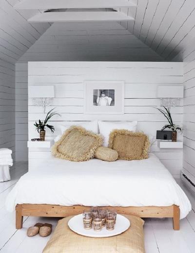 Wenn man eine halb offene Wand hinter dem Bett platziert dann kann man dahinter einen begehbaren Kleiderschrank bauen