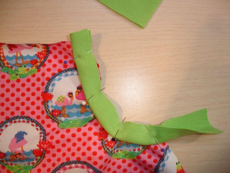 Werkbeschrijving tricotrokje LindaWat heb je nodig voor meisjes?Tricotstof, boordstof, leuke kantjes of bandjes en pyama elastiek.Hieronder staat aangegeven wat je ongeveer nodig bent.Voor de maten 68/74-92/98:Tricotstof 30 cm, boordstof 15 cm, halve meter pyama-elastiek 2,5 cm breed,kantje of bandje kleine meter. Met 0,25 cm verlengen voor gebruik randje zakje.Voor de maten 104/110-140/146:Tricotstof 40 cm, boordstof 15 cm minimaal 30 cm dubbel breed, 60 cm pyama-elasti...