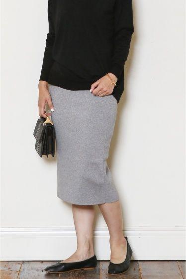 ニットタイトスカート  ニットタイトスカート 18360 ハイゲージの硬めの風合いがキレイなシルエットを作ってくれるニットタイトスカート カシミヤ混の素材が肌触りの良い風合いです 膝下タイトのシルエットはボリュームニットに合わせて旬なバランスに仕上げてくれます お休みの日にスウェットとスニーカーのコーディネートも女性らしさをプラスしてくれる便利アイテムです 取り扱いについては商品についている洗濯表示にてご確認下さい 店頭及び屋外での撮影画像は光の当たり具合で色味が違って見える場合があります 商品の色味はスタジオ撮影の画像をご参照下さい ブラック着用スタッフ身長:164cm 着用サイズ36 グレー着用スタッフ身長160cm 着用サイズ36 モデルサイズ:身長:167cm バスト:80cm ウェスト:60cm ヒップ:85cm 着用サイズ:36