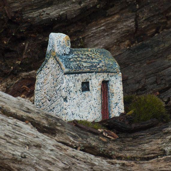 Bwthtyn Bach Cymreig Serameg - Ceramic Little Welsh Cottage. C23