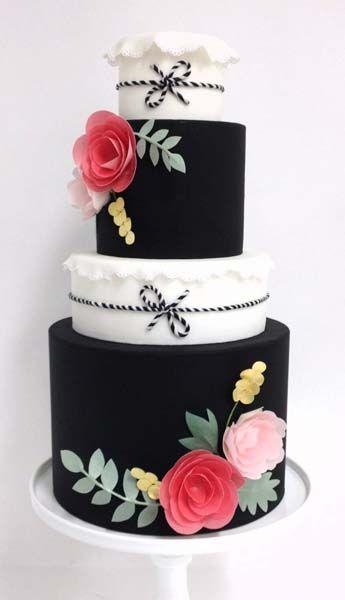 Tarta blanco y negro con flores