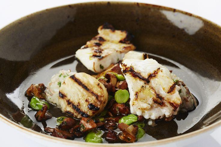 Een overheerlijke pladijs op de barbecue met knolselder en risotto van dooierzwam en tuinbonen, die maak je met dit recept. Smakelijk!