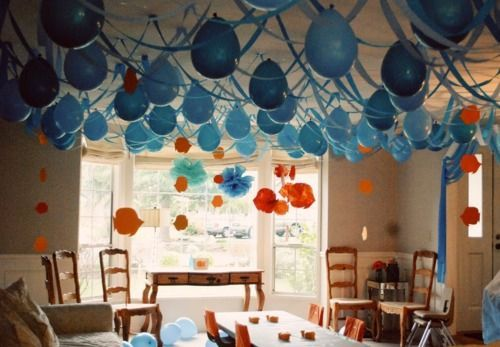 Birthday decorations idea for an underwater birthday party. Hanging blue balloons with crepe paper imitate waves. Dont forget to add jelly fishes! We made a DIY video on how to create one https://www.youtube.com/watch?v=oJ4UlFBX_yk