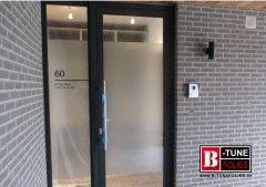 Deze deur met een venster naast de deur werd voorzien van extra privacy folie. Maar met het huisnummer en de namen van de bewoners. Dit is niet...