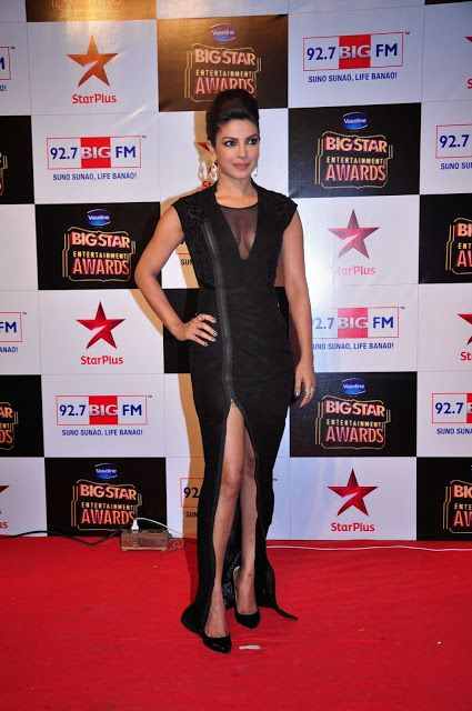 Priyanka Chopra Sexiest Cleavage Show In a Black Dress At The BIG STAR Entertainment Awards 2014 In Mumbai - Mash To's
