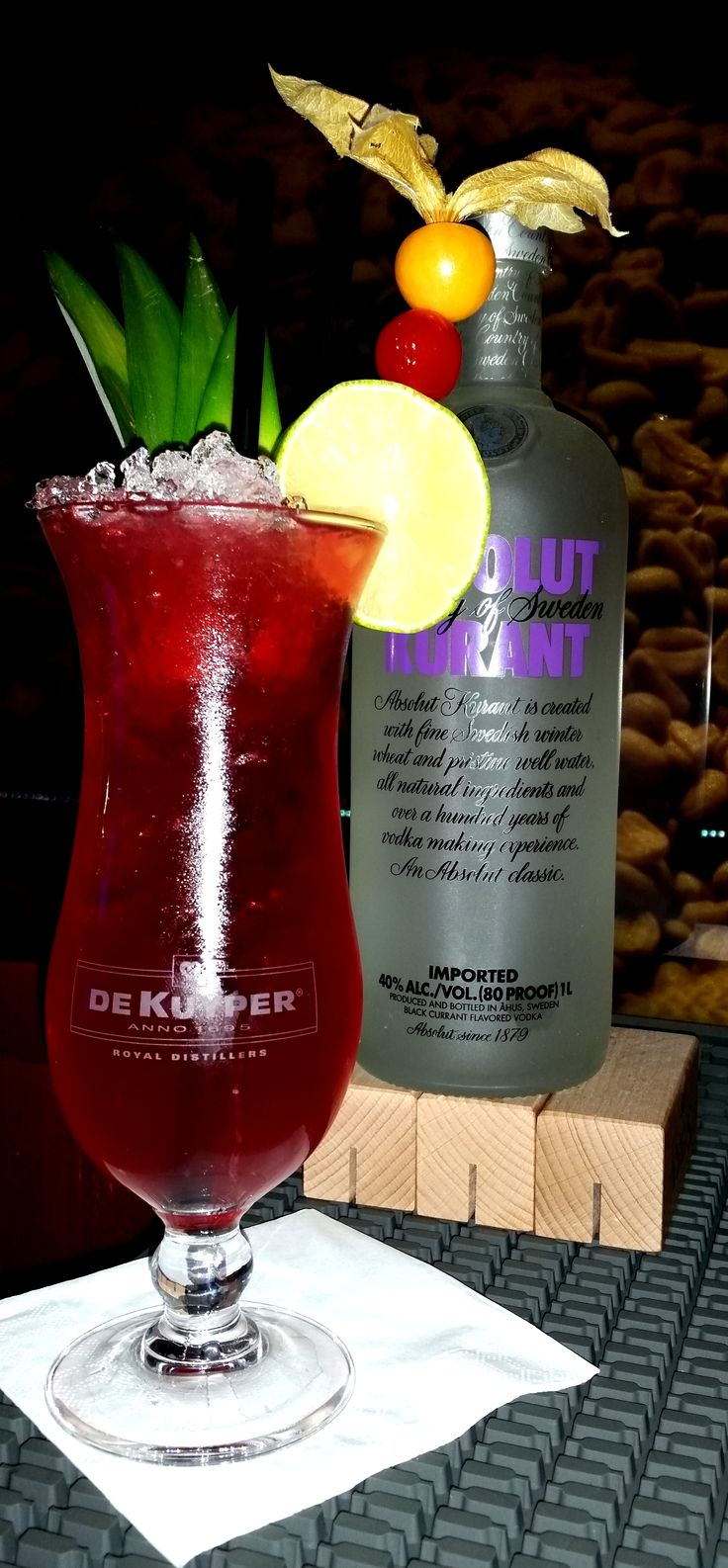 SPRINGTIME ( 4cl Absolut Kurant, 2cl Lime Juice, 10cl Cranberry Juice, 4cl Bitter