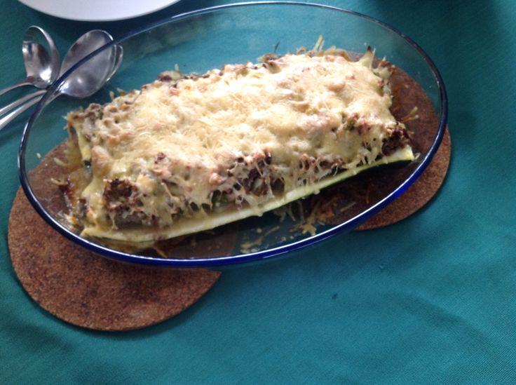 Goed gelukt! Gevulde courgettes, met gehakt,ui, champignons, paprika en knoflook, met oude kaas uit de oven.