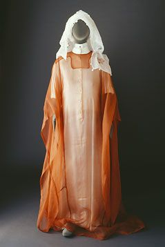 The Bani Sa'd tribe: Costumes - Mansoojat Foundation - Hijaz outfit comprising the inner silk zaboon under the fine organza thobe. Casual day outfits were made in the same way except that the fabric was plain or printed cotton.