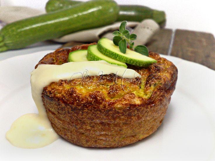 Il tortino di zucchine con l'aggiunta di formaggio feta è una ricetta veloce e versatile, potete utilizzarla per un antipasto o un secondo sfizioso.
