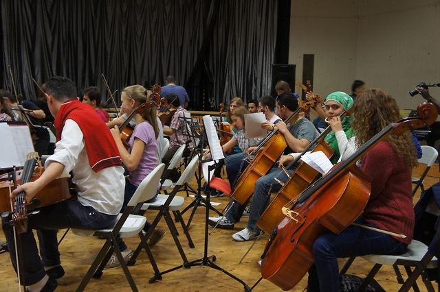 Das National Youth Orchestra of Iraq zu Besuch im Tannenbusch -Gymnasium by Beethovenfest Bonn. Am Montag waren die Musiker des National Youth Orchestra of Iraq zu Besuch im Tannenbusch-Gymnasium, um dort gemeinsam mit den Bonner Schülern zu musizieren. Das Beethovenfest veranstaltet seit dem Jahr 2005 immer wieder Internationale Begegnungsfeste. Nach den Begegnungen Bonner Schulorchester mit Ensembles des »Sistema« aus Venezuela in den Jahren 2005, 2008 und 2010 kam es an diesem Montag zu…