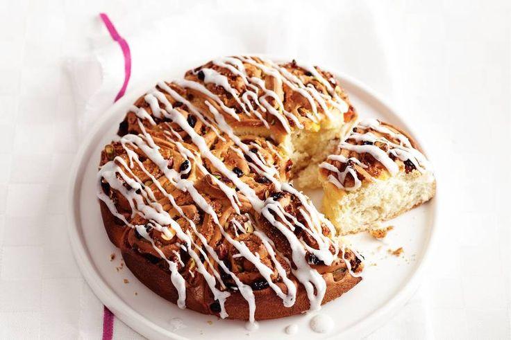 Bak zelf brood met noten en rozijnen, in de vorm van een rozet. Een plaatje voor op de paastafel - Recept - Allerhande