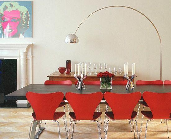 Ambiente com móveis mais modernos, como as cadeiras vermelhas, a mesa em madeira ebanizada, a luminária de chão cromada e o quadro Andy Warol da Marilyn. (bichafemea)