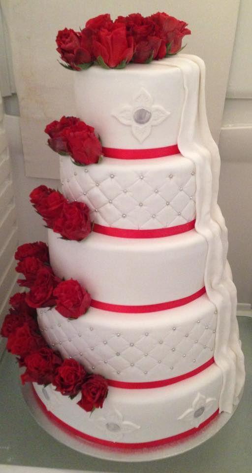 Bryllupskake i 5 etg. Sjokoladekake med sjokoladekrem og bringebær. Pris 5900,-