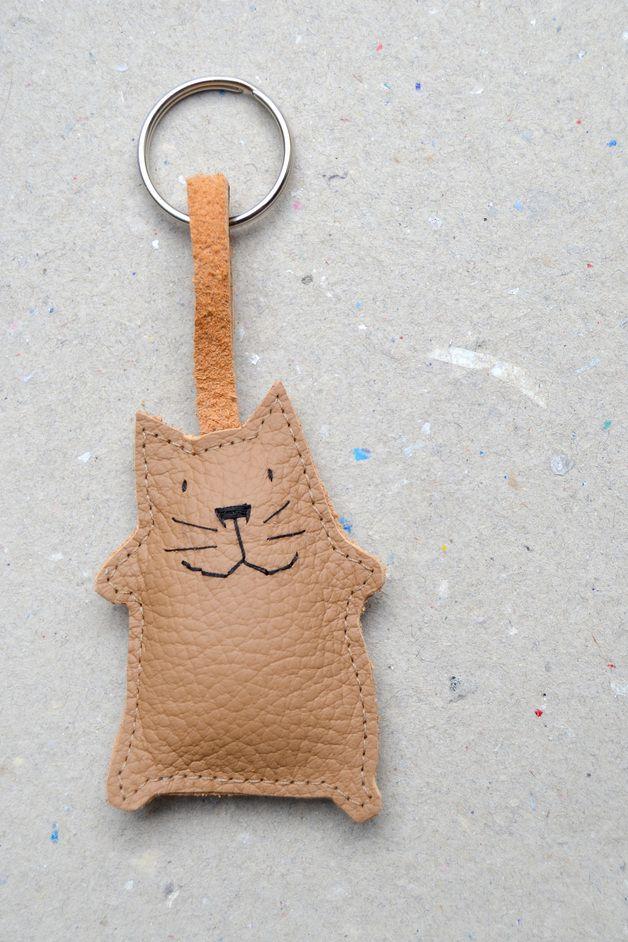 Schlüsselanhänger aus echtem Leder. Mit gestickten Details und mit Wolle gefüllt.  Kleine fröhliche, braune Katze zum Aufmotzen deines Schlüsselbundes. Damit der nicht mehr verloren geht. Zum...