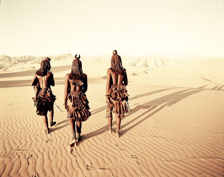 """""""Belle come statue"""" è l'espressione più frequente e appropriata tra chi conosce le donne Himba. Infatti le donne di questo popolo della Namibia, a sud del continente africano, fanno di tutto per assomigliare a splendide """"sculture"""" di terracotta. E i risultati danno loro ragione. Basta guardare le foto per rendersene conto. Gli uomini le vogliono rosse..."""