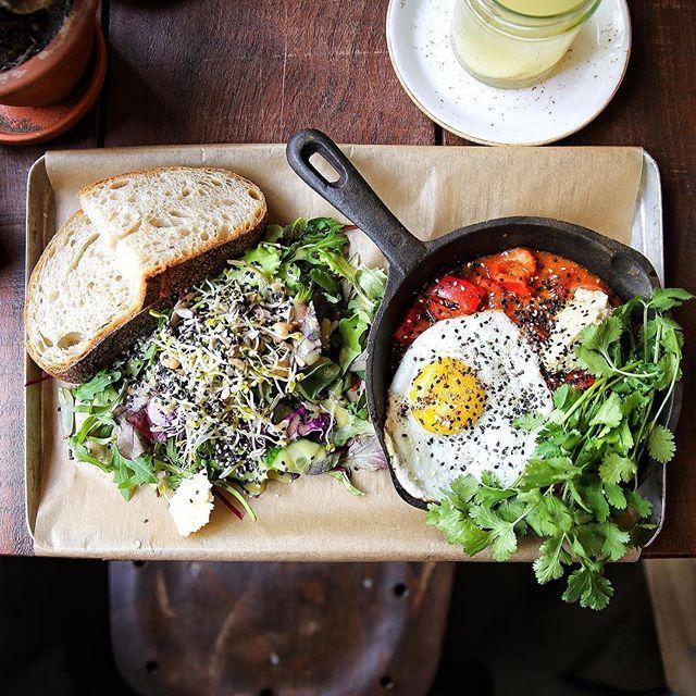 ::. Les fameux huevos rancheros de @roamers_berlin 😍 Définitivement notre adresse chouchou de ce week-end berlinois. Je vous prévois un cityguide très vite sur le blog 🍃 .::