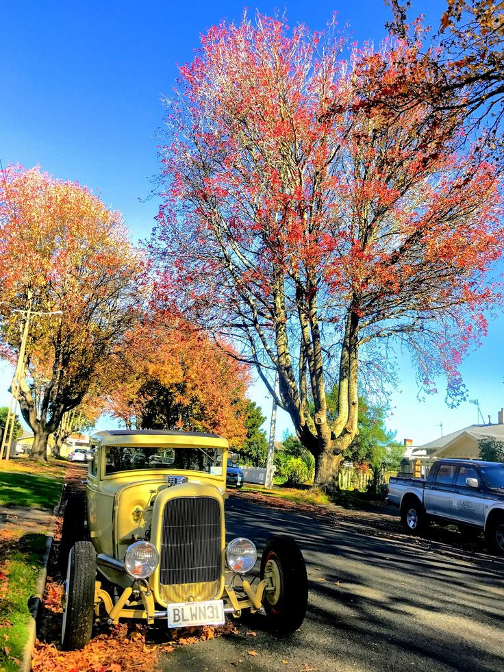 AutumnDaze. I came across this sight last Sunday. Just had to take a picture.  #stusroadtrips #photo #photooftheday #sun #picture #nature #smile #yellow #hotrod #vintagecar #autumn #myshot #street #residential #suburban #leafs #autumncolours #bluesky #instagood#fun#style#amazing