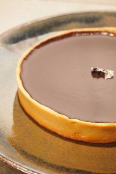 Je n'avais jamais fait de tarte au chocolat, je peux même vous avouer que ce n'était pas vraiment ma pâtisserie préférée… mais celle-ci est tellement bonne que je l'ai dévorée ! Vous n'êtes pas convaincus ? Essayez-là !! Pate sablée : -125 gr de farine -50 gr de beurre -50 gr de sucre glace -1 gr de sel -1 Continue Reading