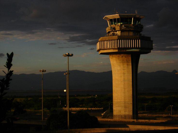 Torre de controle do Aeroporto Internacional do Rio de Janeiro / Galeão – Antônio Carlos Jobim. Na cidade do Rio de Janeiro, RJ< Brasil.  Fotografia: Bruno da Silva Lessa.