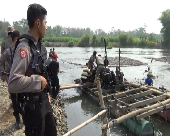 Di Kediri, 5 Penambang Pasir Diamankan, 9 Perahu Dihanyutkan dan 1 Dibakar