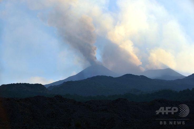 イタリア南部シチリア(Sicily)島のカターニア(Catania)近郊にあるエトナ山(Mount Etna)から立ち上る噴煙(2014年8月13日撮影)。(c)AFP/TIZIANA FABI ▼15Aug2014AFP エトナ山が活発化、流れ出る溶岩 伊シチリア島 http://www.afpbb.com/articles/-/3023129 #Mount_Etna