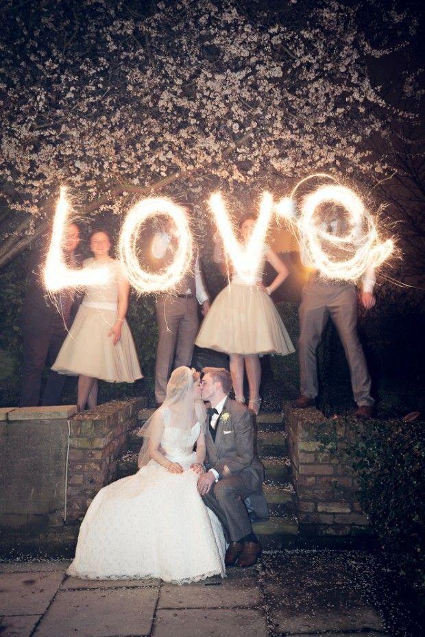 Prachtige foto van het #bruidspaar en wat een slim idee om de #bruidsdames/jonkers erachter te zetten #weirdcloset