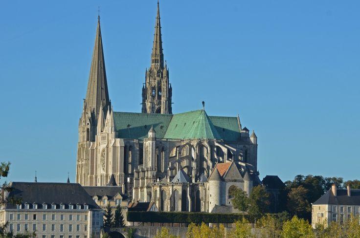 La Catedral de Notre-Dame de #Chartres es la joya de la ciudad, construida en estilo gótico, influyó en numerosas construcciones posteriores. http://www.viajaraparis.com/ciudades-para-visitar-cercanas-a-paris/chartres/ #turismo #viajar #Francia