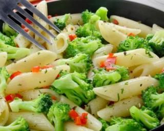 Pâtes aux brocolis et poivrons rouges : http://www.fourchette-et-bikini.fr/recettes/recettes-minceur/pates-aux-brocolis-et-poivrons-rouges.html