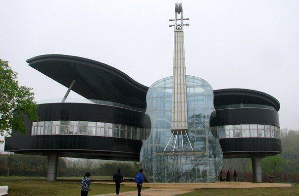 Оригинальное здание в виде рояля и виолончели можно увидеть в китайском городе Хуайнань. В рояле расположен выставочный комплекс, а вход в здание осуществляется через виолончель, в которой находится эскалатор. Ночью контуры инструментов подсвечиваются неоновыми лампами. / Путешествие с комфортом