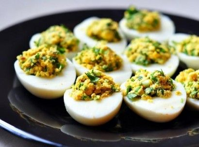 Yumurtaları katı olacak şekilde haşlayın. Kabuklarını soyduktan sonra ikiye bölün. İçindeki sarı kısmı çıkarın. Yumurta sarısını, kıyılmış maydanozu, ...