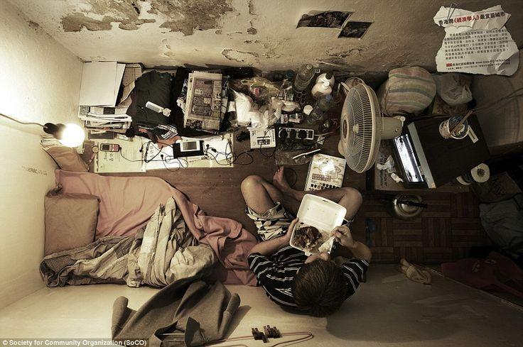 Hong Kong: les hommes entassés comme des poulets de batterie