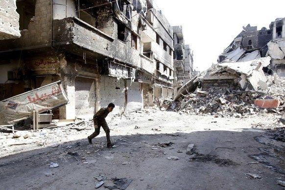 Empat Pengungsi Palestina Termasuk Bayi Tewas Dibom di Suriah  Sebuah jalan di kamp pengungsi Yarmouk Damaskus Suriah tahun 2013. Foto: Dokumentasi AFP/Anwar Amro  BAYT LAHM Sabtu (Maan News Agency): Agensi Pekerjaan dan Pemulihan PBB untuk Pengungsi Palestina di Timur Dekat (UNRWA) kemarin (21/10) mengeluarkan pernyataan yang mengecam pembunuhan empat pengungsi Palestina asal kamp pengungsi Khan Eshieh di Suriah. UNRWA memperingatkan bahwa Khan Eshieh berisiko menjadi Yarmouk berikutnya…